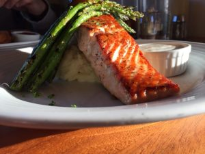 Morro Bay | Salmone grigliato da The Galley Seafood Grill & Bar