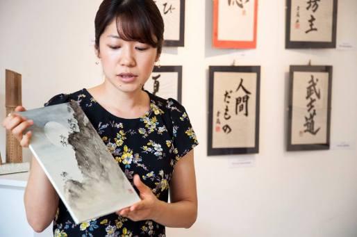 Shoko Okumura con il suo Paesaggio con Luna piena | Photo Credit Spazio D Lecco