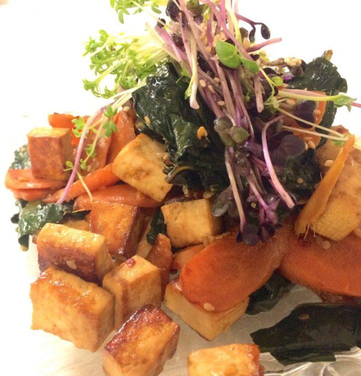 Tofu con cavolo nero, carote e germogli