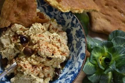 Hummus con focaccia e insalata di campo