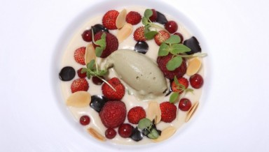 Zuppetta di mandorle e frutti rossi con gelato al pistacchio | Credit Al Cantuccio